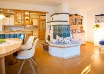 Wohnküche mit Kachelofen